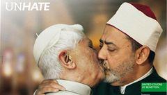 Vatikán dopálil líbající se papež. Reklama zmizela
