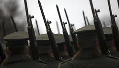 Vláda napravovala Zemanovy chyby. Hradní stráž vyslal 'proti zákonu'