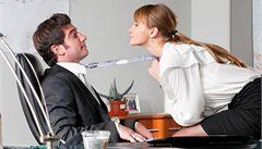 Flirt v práci? Zatímco muži na něj myslí, ženy rovnou jednají