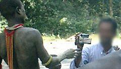 Lidská zoo. Turista nutil ženy z původního kmene tančit