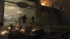 Řecko schválilo úsporný balík v kulisách hořících domů