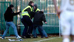 Fanoušci při fotbale řádí, hráčům to nevadí