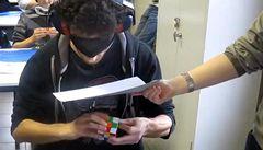 Jak složit Rubikovu kostku se zavázanýma očima? Podívejte se