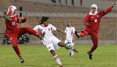 Chtěly hrát s hidžábem, rozhodčí jim fotbal zakázal