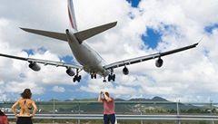 Adrenalin na pláži: letadlo málem zabilo turistku