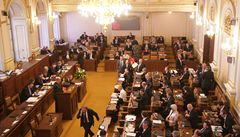 KSČM a SPD pomohly ANO prosadit novelu služebního zákona, umožňuje snadněji odvolávat úředníky
