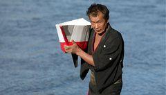 Min Tanaka zatančí pro Pražany zdarma na břehu Vltavy