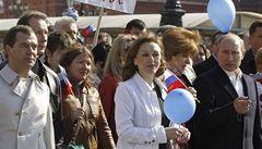 Medveděv s Putinem přišli do průvodu. Poprvé