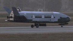 V USA po roční misi přistál tajný armádní raketoplán
