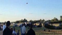 Pilot přežil strašlivý pád dvouplošníku na letecké show