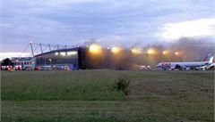 Na Ruzyni shořelo letadlo, požár přerušil provoz letiště