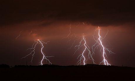 Bouřky v noci zvedly hladiny řek a omezily dopravu, ČEZ evidoval téměř 100 tisíc míst bez proudu