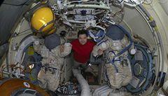 Trojice astronautů se vrátila na Zem, s minutovým zpožděním