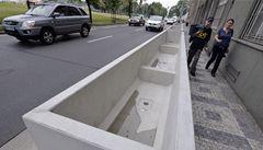 Kritika betonových květináčů v Praze 5: na chodnících překáží