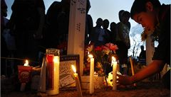 Tisíce lidí uctily památku obětí vraha z Denveru, přiletěl i Obama