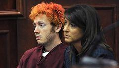 Střelec z Denveru před soudem. Má červené vlasy, tváří se nepřítomně