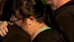 Lidé zapalují svíčky a modlí se za oběti střelby v Denveru