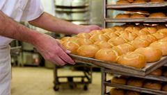 Rozpékané pečivo rychleji tvrdne. Často obsahuje i 'éčka'