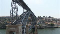 Portské mosty s podpisem Eiffela krájí řeku Douro