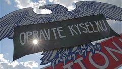 Obří orlici u dálnice zahalil nápis 'Opravte Kyselku'