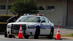 Texaský policista zaklekl při zatýkání čtrnáctiletou dívku. Na mladíky tasil zbraň