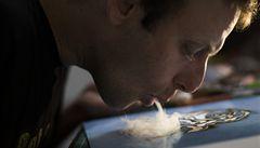 OBRAZEM: Umělec maluje obrazy kouřem z marihuany