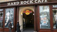 Do Hard Rock Café vtrhli chuligáni, útočili dýmovnicí a dělobuchy