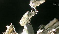 Američanka a Japonec z ISS strávili pět hodin ve vesmíru