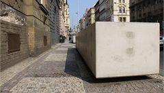 Praha 5 přemístila betonové květináče, zbyl po nich propadlý chodník