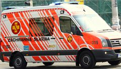 Elektřina z železniční troleje zranila malého chlapce. Pokoušel se přelézt přes vlak