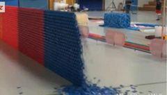 Spadla největší dominová zeď na světě