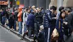 Mánie iPhone opět vypukla, lidé před obchody stanovali