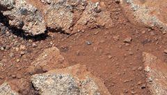 Sonda Curiosity se připravuje na odběr písku