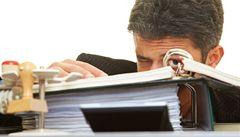 Státní úředník zastává dvě podobné funkce a bere dva platy
