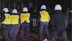 Oslava svolaná přes Facebook: tisíce výtržníků rozehnala policie
