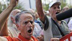Naštvaní řečtí důchodci zapálili vlajku Evropské unie