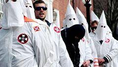Členové Ku-Klux-Klanu zapálili černošku, na auto jí napsali 'KKK'