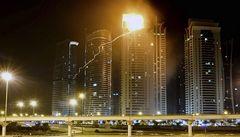 OBRAZEM: V Dubaji hořel mrakodrap, hasiči s plameny bojovali hodiny