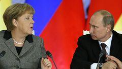 Ukrajina musí změnit ústavu, řekl Putin po telefonu Merkelové