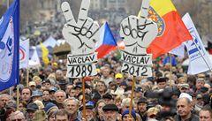 17. listopad: mládež i důchodci s vuvuzelami nadávali vládě