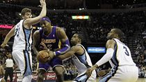 Basketbalista Los Angeles Lakers Dwight Howard (12) a hráči Memphisu Grizzlies Marc Gasol (33), Mike Conley (11) a Wayne Ellington (3) | na serveru Lidovky.cz | aktuální zprávy