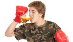 Po fotbálku na pivko? Sport u teenagerů vede k pití alkoholu