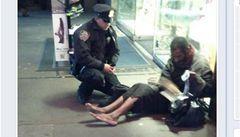 Bezdomovec nenosí boty, které dostal od policisty. Bojí se o život