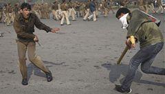 Hromadně znásilněná Indka bojuje o život, policista nepřežil protesty