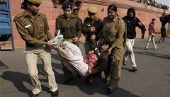 Bouře v Indii: lidé kvůli znásilněné školačce chtěli dobýt parlament