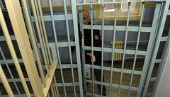 V noci nás budí světlo a psí štěkot, stěžují si ve vazební věznici