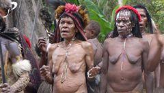 Dav na Papui týral a pak upálil mladou matku. Kvůli čarodějnictví