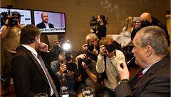 Volby v cizině: Schwarzenberg na Hradě už v prvním kole