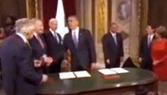 Obama přistihl politika při krádeži pera. Mizelo v kapse jako u Klause