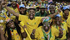 Africký šampionát ve znamení vuvuzel, maskovaných fanoušků a chyb